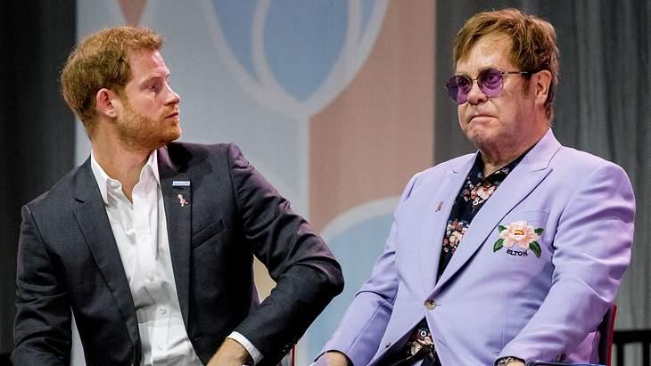 Elton John nimmt Prinz Harry in Schutz