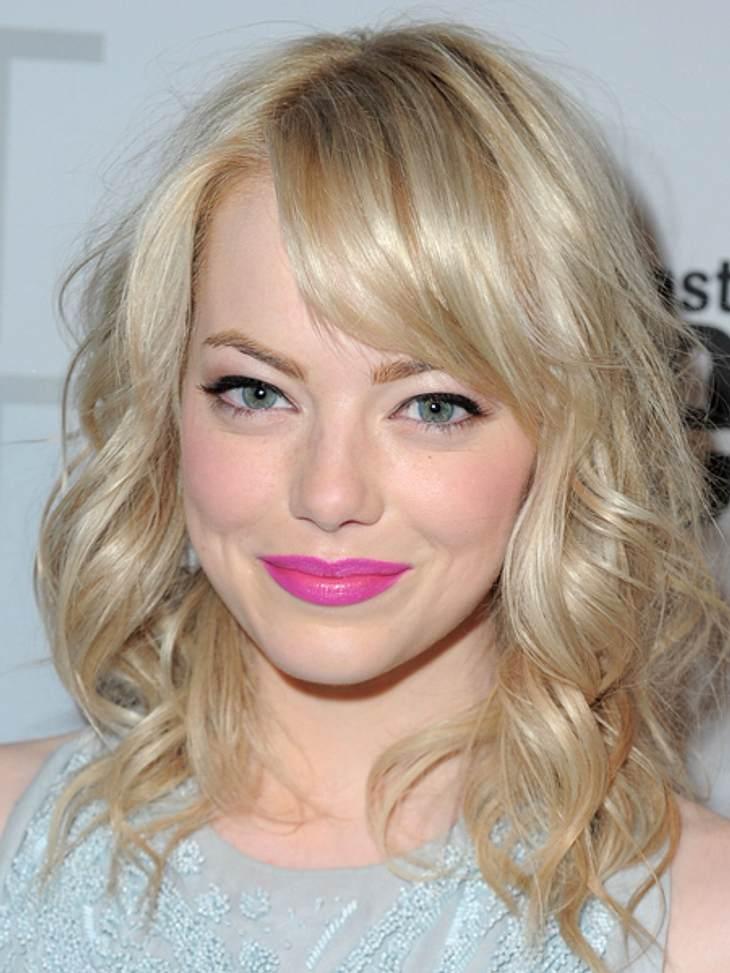 Der extravagante Look von Emma StoneDer bläulich-pinkfarbene Lippenstift passt perfekt zur hellen Haut und den blonden Haaren der Schauspielerin. Und...