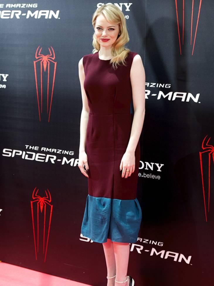 Der extravagante Look von Emma StoneFür den Photo-Call vor der Madrid-Premiere wählte sie ein Kleid von Roksanda Ilincic in Burgunderrot und Türkis. Tiefrote Lippen rundeten den Look ab.