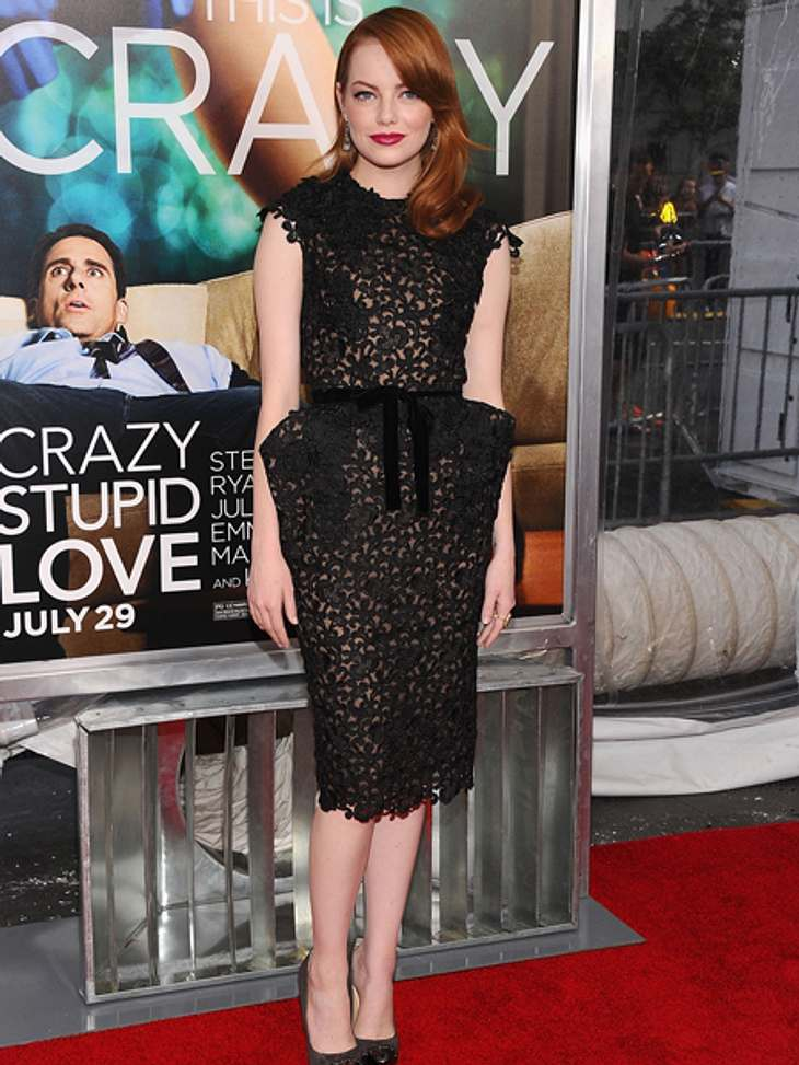 """Der extravagante Look von Emma StoneExtravagant und sexy: Im knielangen Tom-Ford-Kleid aus schwarzer Spitze und mit Rockteil in Tulpenform erschien sie zur Premiere von """"Crazy Stupid Love"""". Zu diesem Outfit fast Pflicht: die roten"""