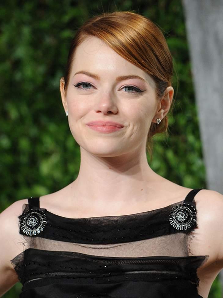 Der extravagante Look von Emma StoneDie dekorativen Broschen an den Trägern des Kleides machten anderen Schmuck überflüssig.