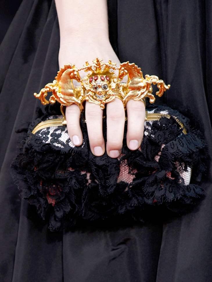 Der extravagante Look von Emma StoneEin Hingucker: Die ebenfalls von Alexander McQueen stammende Clutch.