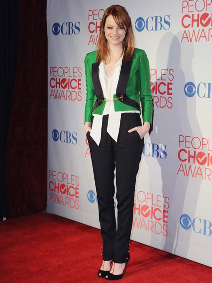 Der extravagante Look von Emma StoneEine Note giftiger ist dieser grüne Blazer, mit dem die 23-Jährige ihre liebste Farb-Kombi, Schwarz-Weiß, aufpeppt.