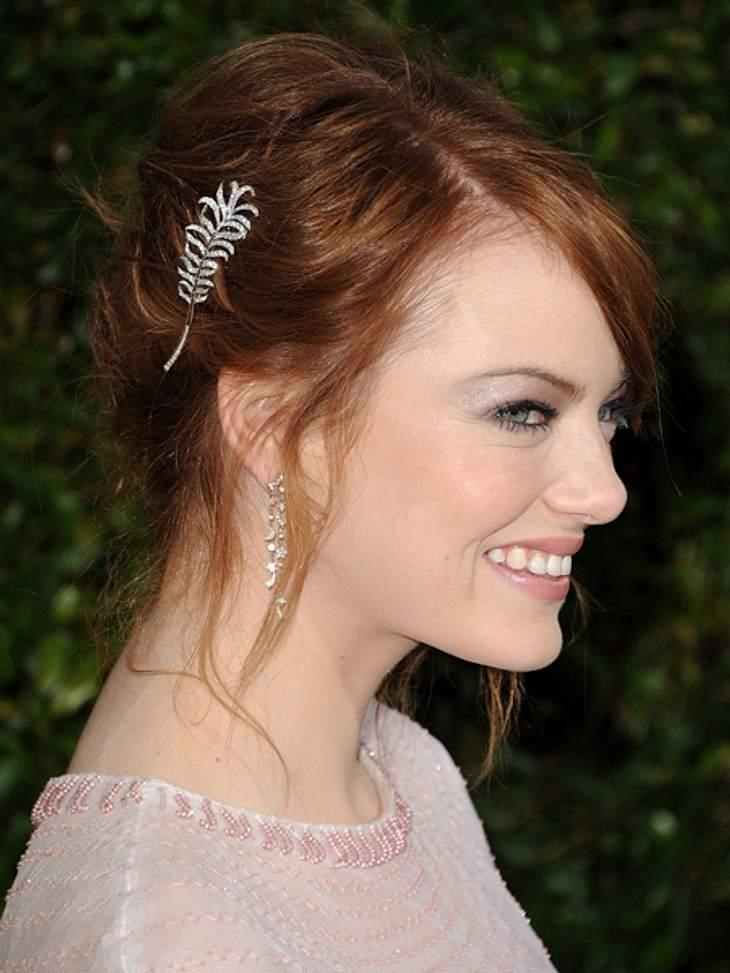 Der extravagante Look von Emma StoneIhre Hochsteckfrisuren verziert Emma Stone gern mit glitzernden Haarspangen.