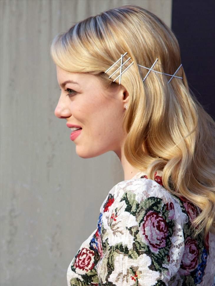 Der extravagante Look von Emma StoneSelbst schlichte weiße Haarspangen können sehr dekorativ wirken, wie man bei dieser Frisur sieht.