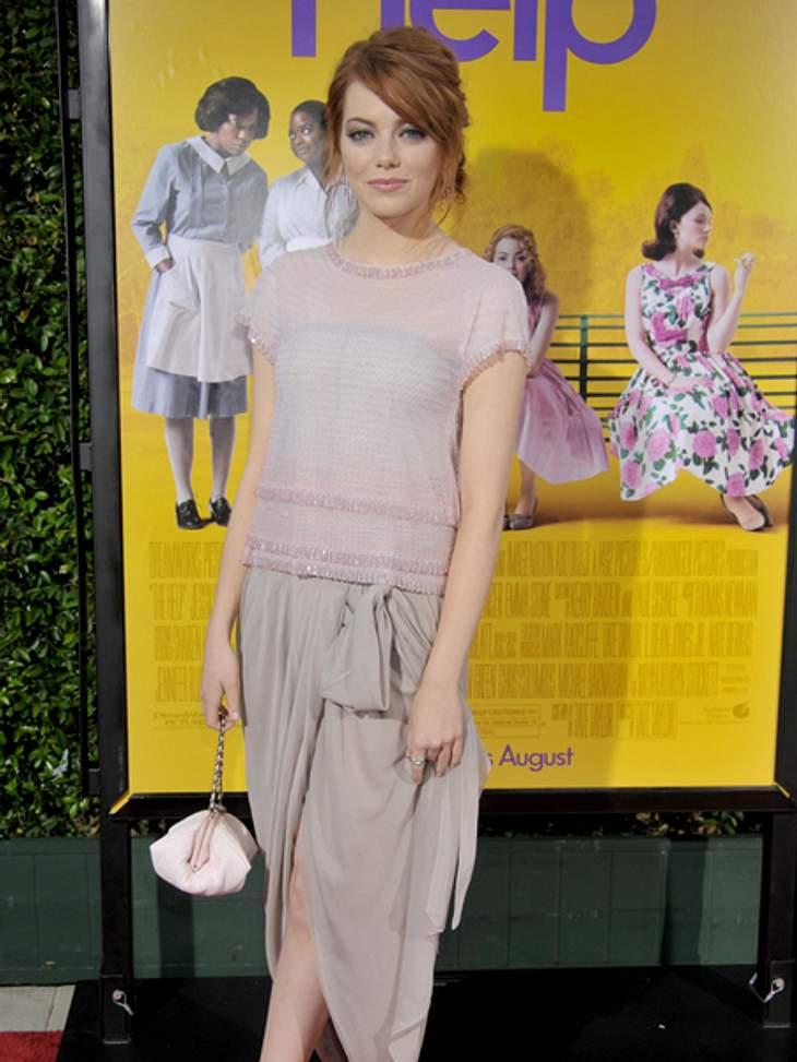 """Der extravagante Look von Emma StoneZart wirkt sie dagegen in diesem taupe- und zartroséfarbenen Kleid, das sie für die Premiere von """"The Help"""" wählte."""