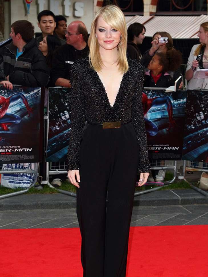 """Der extravagante Look von Emma StoneSehr sexy sah der tief ausgeschnittene, glitzernde Jumpsuit von Elie Saab aus, den sie zur London-Premiere von """"The Amazing Spider-Man"""" trug."""