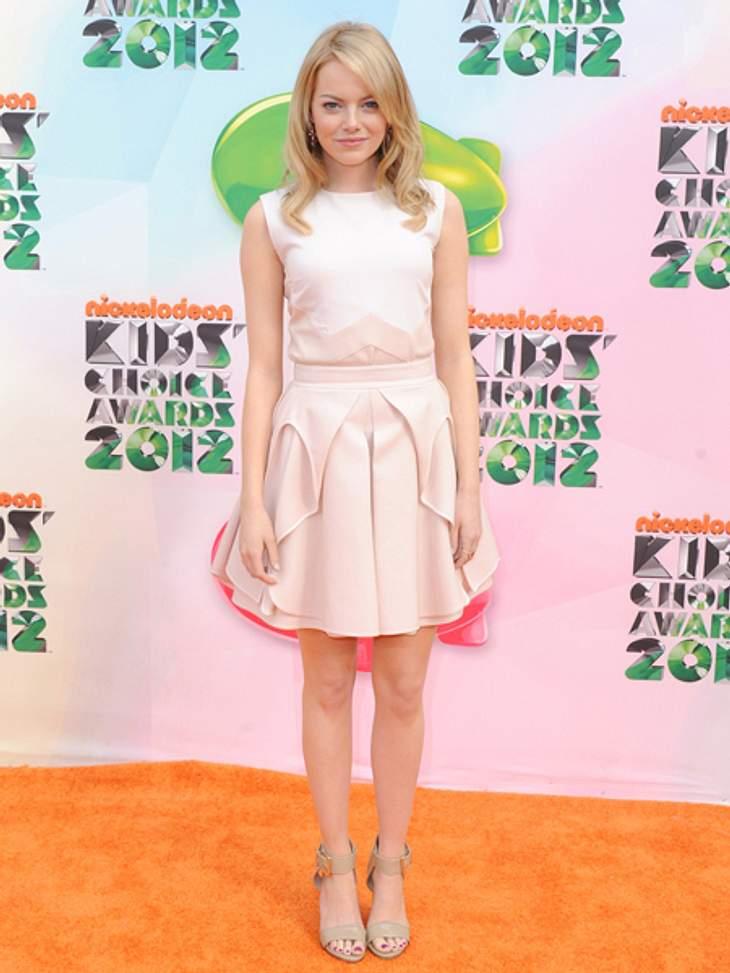 Der extravagante Look von Emma StoneDas cremeweiße Kleid, das sie zu den Nickelodeon Kids Choice Awards trug, wirkte frisch und sommerlich. Die Falten am Rockteil verleihen dem Kleid eine peppige Note.