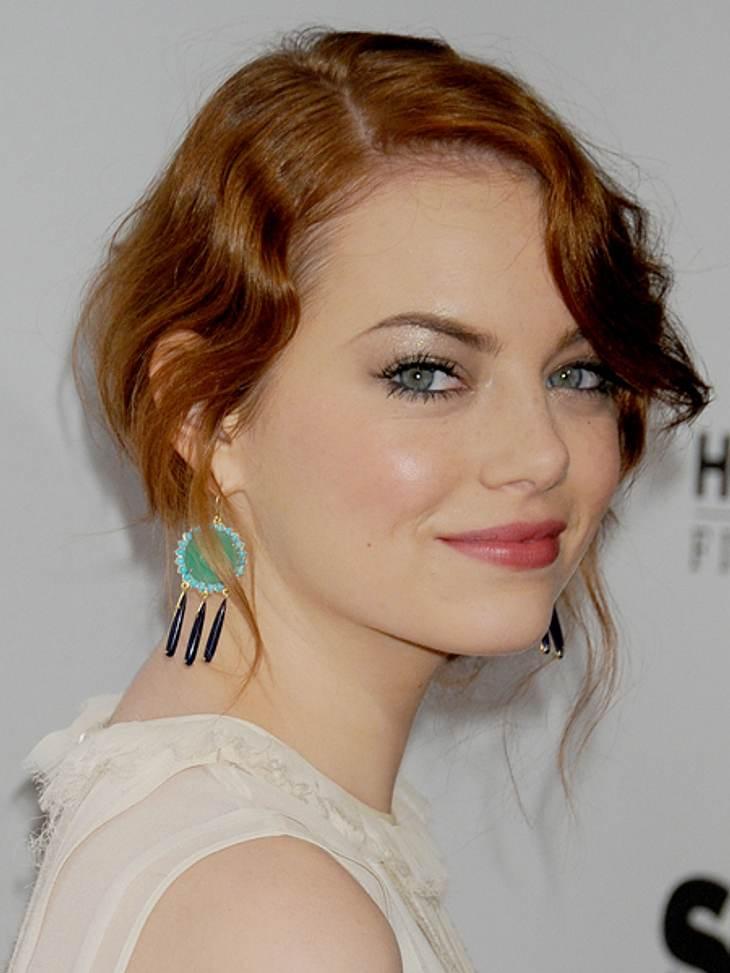Der extravagante Look von Emma StoneBei diesem Outfit wirkten die Ohrringe als Farbtupfer.