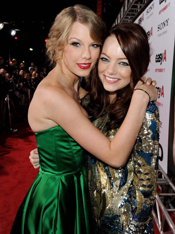 Promi-BFFs - Durch dick & dünnDie Freundschaft von Taylor Swift (22) und Emma Stone  (23) nahm vor ein paar Jahren ihren Anfang, als sie sich auf der Young Hollywood Preisverleihung trafen. Taylor Swift ist seitdem bei fast jeder Premie