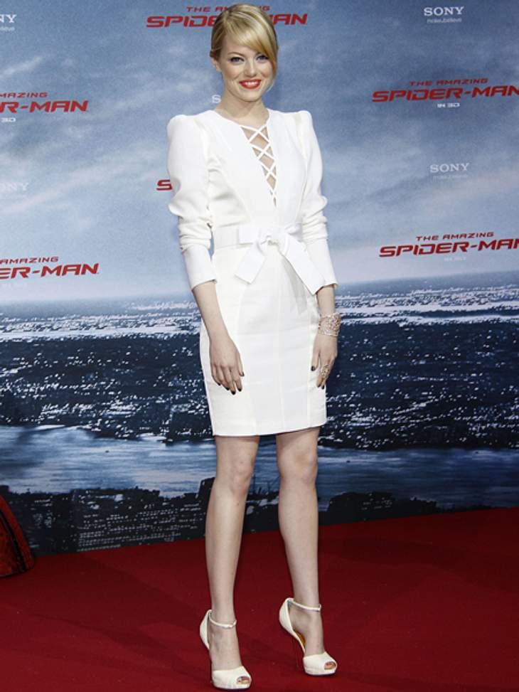 """Der extravagante Look von Emma StoneWeiße Kleider gehören zu ihren Favoriten. Für eine der vielen weltweiten Premieren von """"The Amazing Spider-Man"""" wählte sie eine klassische, durch den tiefen Ausschnitt, aber auch sexy Variante."""