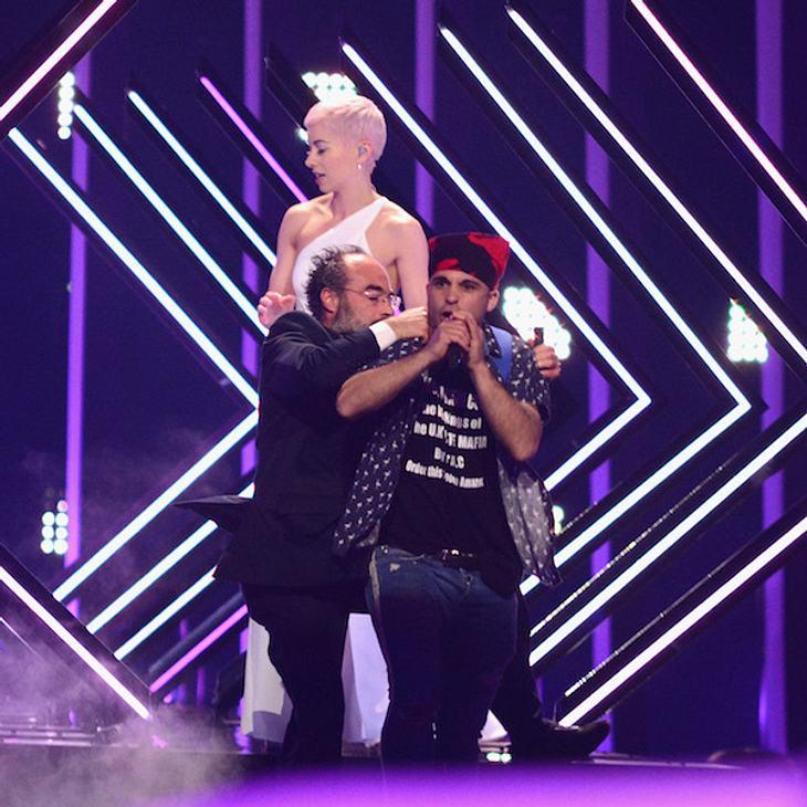 Schreck beim ESC 2018: Flitzer entreißt Sängerin das Mikro