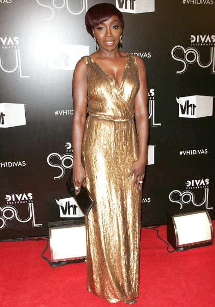 """Die heißen Partykleider der StarsSängerin Estelle in Gold getaucht. Bei der """"VH1 Divas""""-Gala strahlte sie in diesem Kleid ganz besonders.,Noch mehr Partykleider >>"""