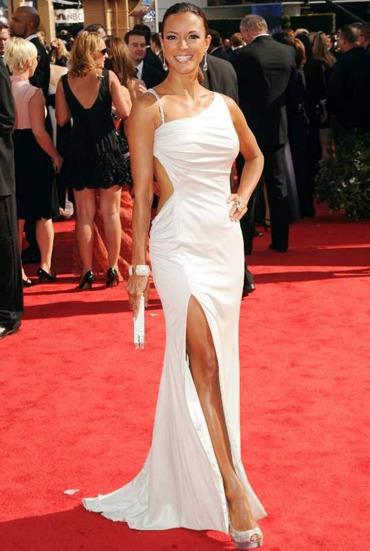 """Sexy: Eva La Rue (43, """"CSI: Miami"""") im weißen, hochgeschlitzen Kleid mit Cut-Outs am Rücken."""