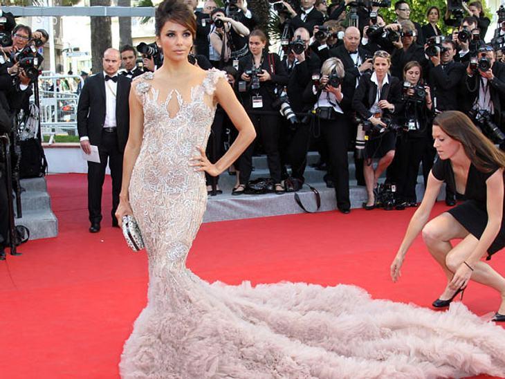 Cannes 2012Auch Eva Longoria (38) manövrierte sich mit ihrem fluffigen Super-Kleid in die ein oder andere Miesere. Ohne fremde Hilfe ging es kaum. Die Schleppe musste immer wieder neu gelegt werden. Eva kann's egal sein: Sie sah toll aus un