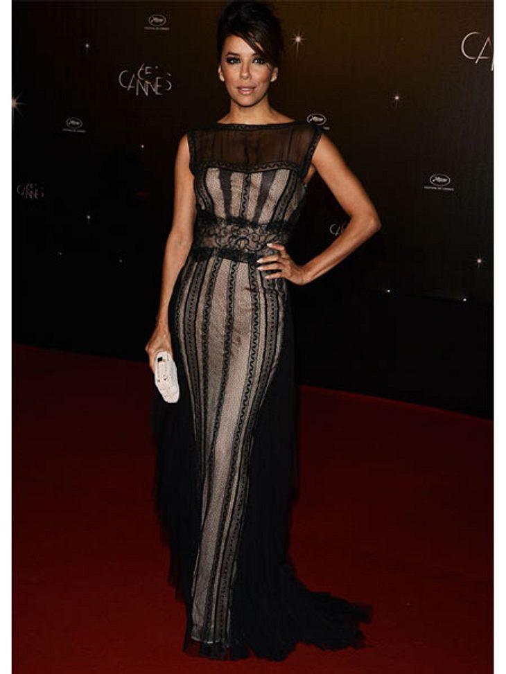 Cannes 2012Und ja, Eva Longoria zog sich tatsächlich für jede Premiere und jedes Event um. Hier zeigt sie sich in schwarzer Spitze zur Eröffnungsfeier in Cannes.
