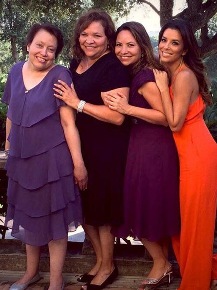 Eva zeigt ihre Mama und ihre Schwestern
