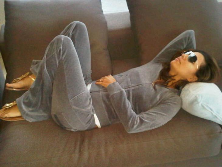 """Die Twitter-Fotos der StarsSo sieht man Eva Longoria (37) selten: Der """"Desperate Housewives""""-Star ganz entspannt im Schlabber-Look auf der Couch"""