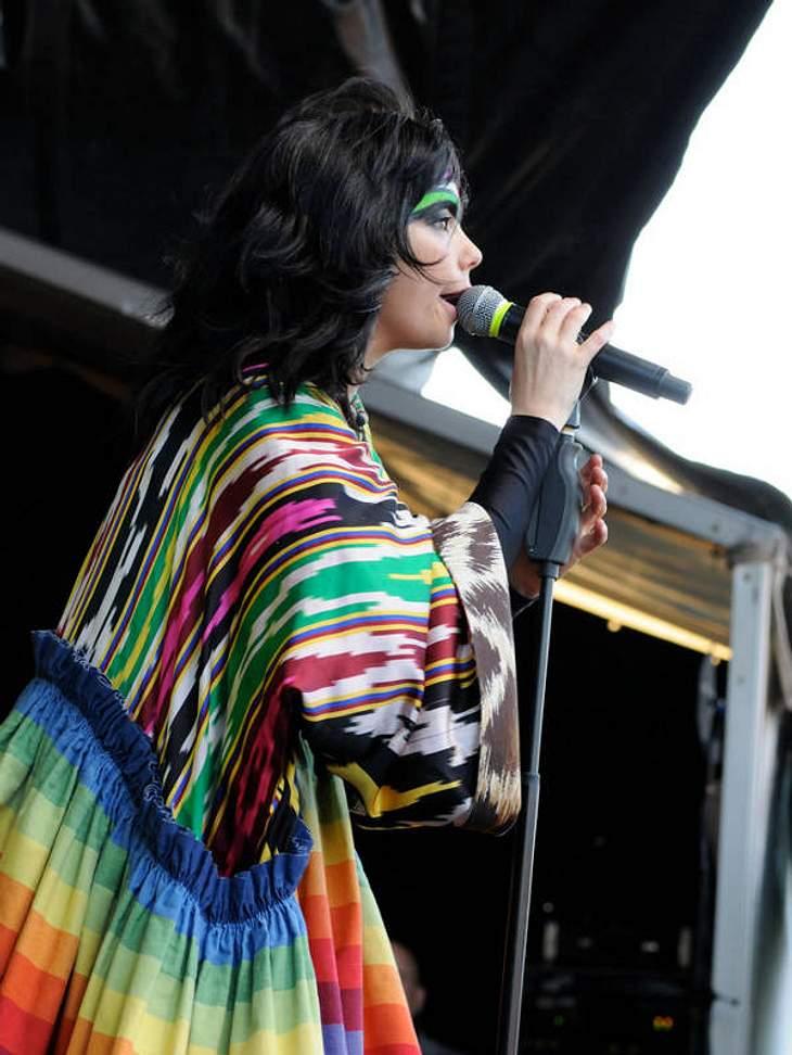 """Schwanenkleid, verziehen. Prügelattacken auf Reporterinnen, Auge zugedrückt. Björk ist so schön anders, dass wir ihr eigentlich alles durchgehen lassen. CD-Tipp: """"Volta"""" von Björk bei Amazon.de"""
