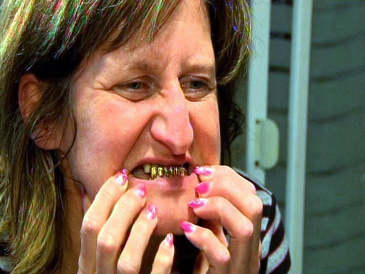 Extrem schön!Natalia (41) aus Russland hat im Unterkiefer einige Goldzähne und schämt sich sehr dafür.