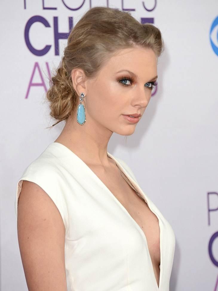 """Das sind die Top 50 Stars bei FacebookPlatz 20: Taylor Swift38.094.538 LikesIn den letzten Monaten überflutete Sängerin Taylor Swift ihre Facebook-Fans mit News zu ihrem neuen Album """"Red"""". Aber sonst zeigt sie auch viele Fotos aus"""
