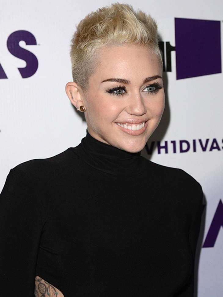 """Das sind die Top 50 Stars bei FacebookPlatz 41: Miley Cyrus23.649.377 Likes Ein Blick auf ihre Facebook-Seite zeigt: Miley Cyrus liebt ihren Hund """"Bean"""" über alles. Ihre Timeline ist voll mit Fotos ihres süßen vierbeinigen Freunde"""