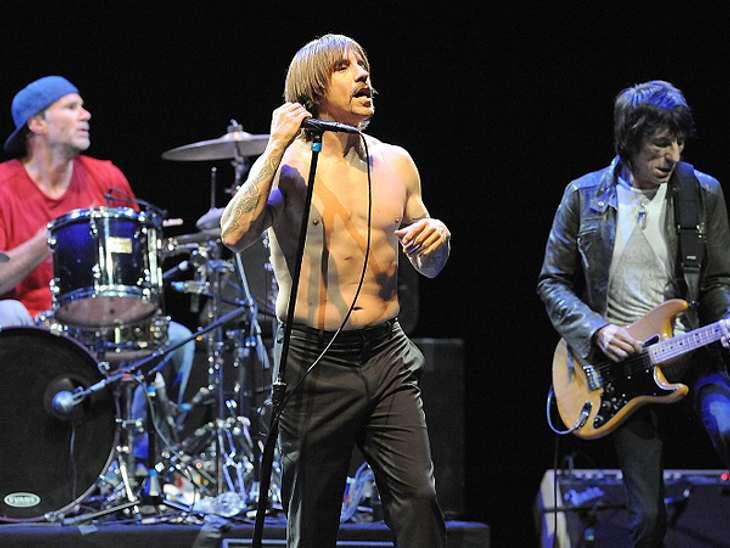 Das sind die Top 50 Stars bei FacebookPlatz 50: Red Hot Chili Peppers20.560.436 Likes Sänger Anthony Kiedis hat ein selbst gestaltetes Surfboard für den guten Zweck zum Verkauf angeboten. Und wo erfährt man davon? Natürlich auf der Facebook