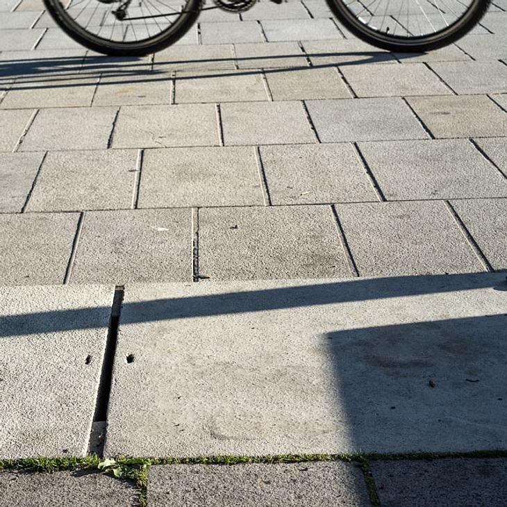 Radfahrer überrollt Dreijährigen - und flüchtet