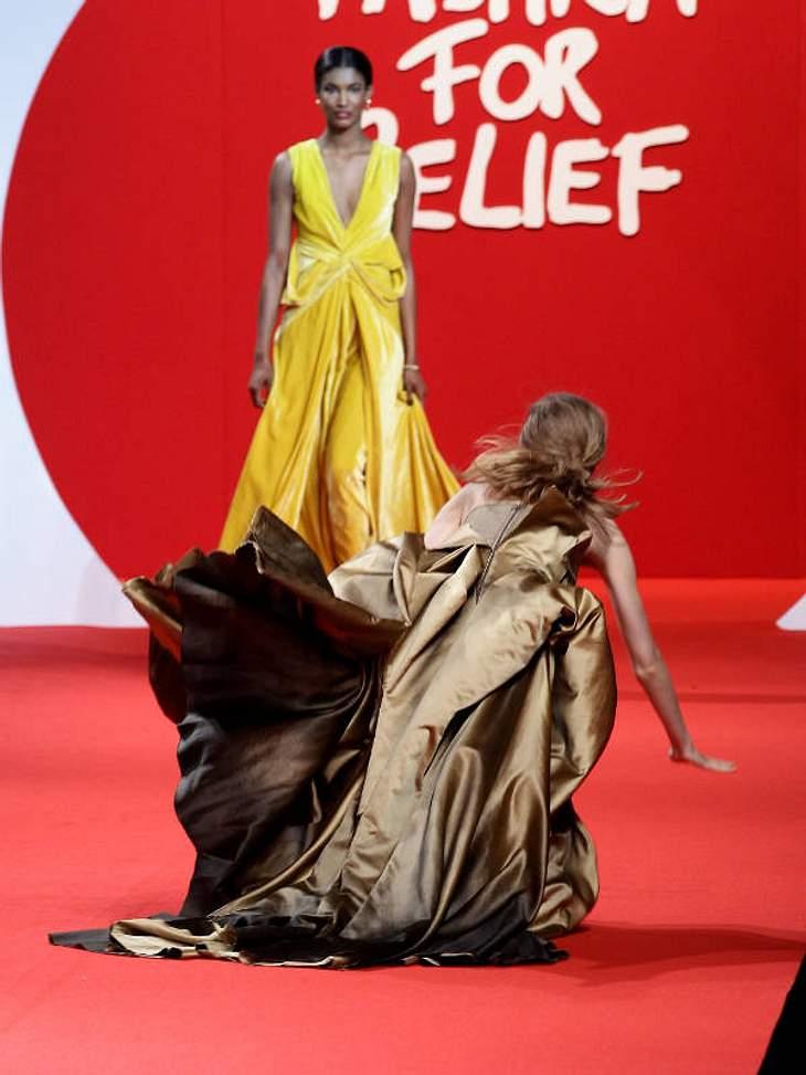 """Ups, das sieht böse aus: Bei der """"Fashion For Relief""""-Modenschau ist ein Model schlimm über ihr Kleid gestürzt."""