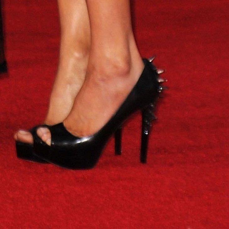 Schwarze Peep-Toe-Plateau-Schuhe mit spitzen Nieten an der Ferse. Die muss ein echtes Rock-Chick tragen.