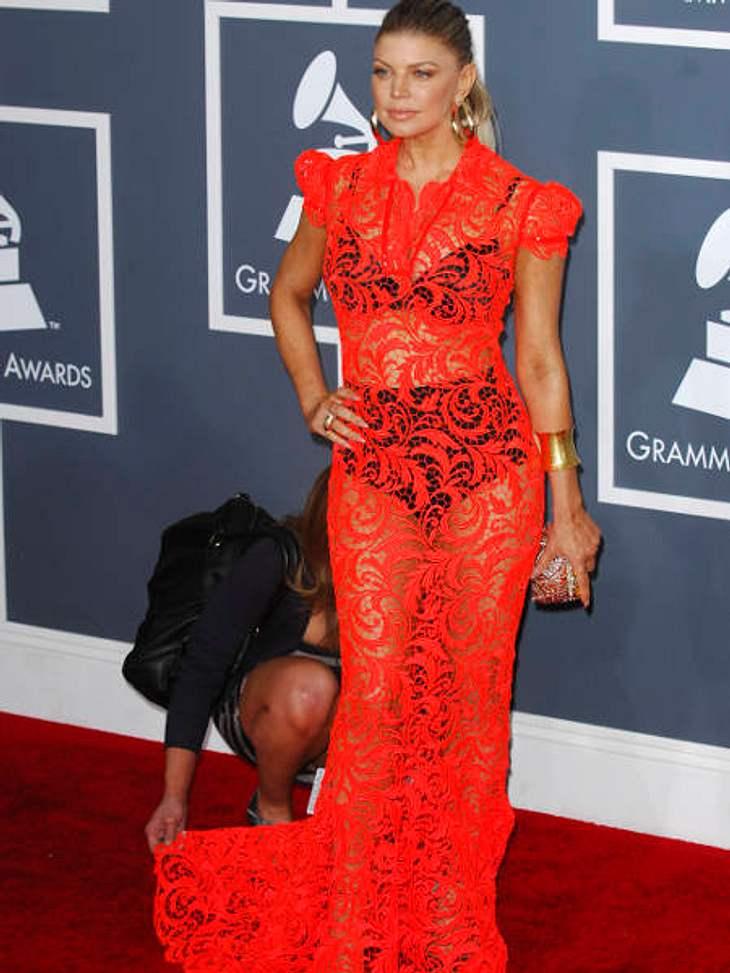 Oh, wie peinlich...Einfach mal so tun, als wäre alles in Ordnung. Fergie lässt sich überhaupt nicht anmerken, dass sich gerade jemand an ihrem Rock zu schaffen macht.,Die schlimmsten Fashion-Fiaskos im Februar >>