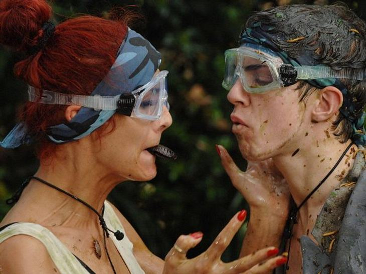 Fiona Erdmann - der Dschungel-HungerhakenSelbst ein Kuss mit gleichzeitigem Kakerlake per Mund übergeben, ist schrecklich unromantisch - doch kein Problem für Fiona und Joey Heindle.