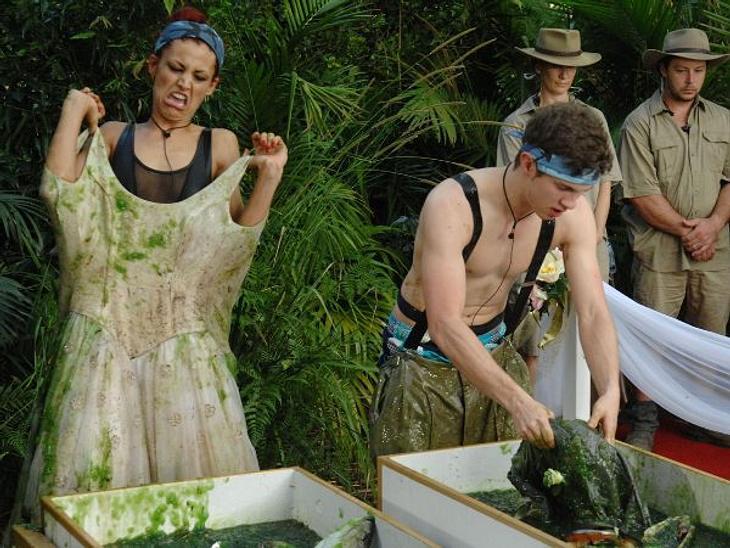 Fiona Erdmann - der Dschungel-HungerhakenWas für ein Gesicht? Fiona Erdmann zieht ihr in Fischabfälle getränktes Brautkleid an.