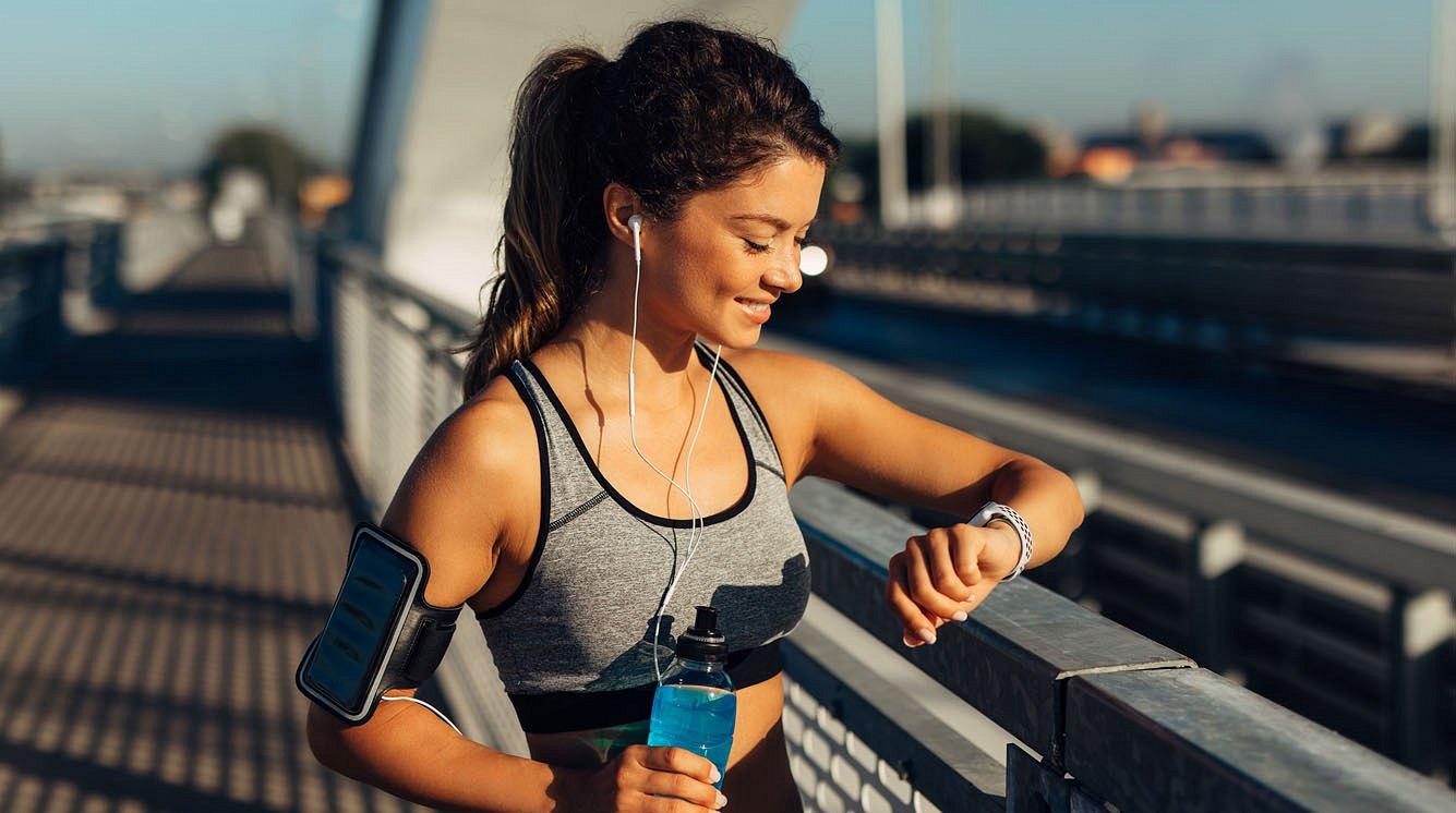 Fitness Tracker an einer Frau