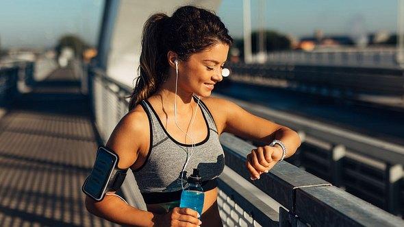 Fitness Tracker an einer Frau  - Foto: iStock/Wearable