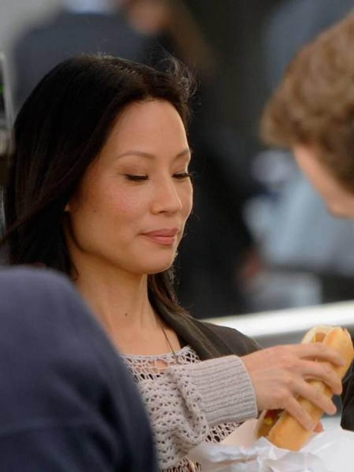 Die Fitnesstrainer der Stars: so macht sich Hollywood fit für den Sommer,Damit sich Lucy Liu (43) hin und wieder einen leckeren Hot Dog erlauben kann, ist auch sie Stammkundin bei Fitness-Gott Teddy Bass. Außerdem möchte sie ihre heiße Figu
