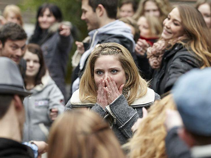 Flashmob-Heiratsantrag bei AWZAls Bea (Caroline Frier) mit ihrer besten Freundin auf der Erotik-Messe bummeln ist, geht plötzlich laute Musik an und alle fangen auf einmal an zu tanzen. Sie kann gar nicht fassen, was gerade passiert.