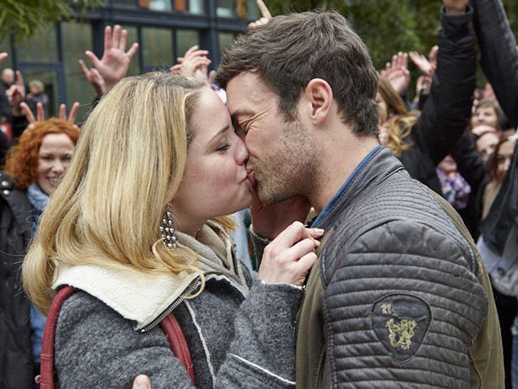 """Flashmob-Heiratsantrag bei AWZGlücklich und verliebt küssen sich die beiden... Da weiß man ja schon wie die Antwort ausgefallen ist. Oder gibt es eine Überraschung? Mehr gibt es heute Abend bei """"AWZ"""" zu sehen..."""