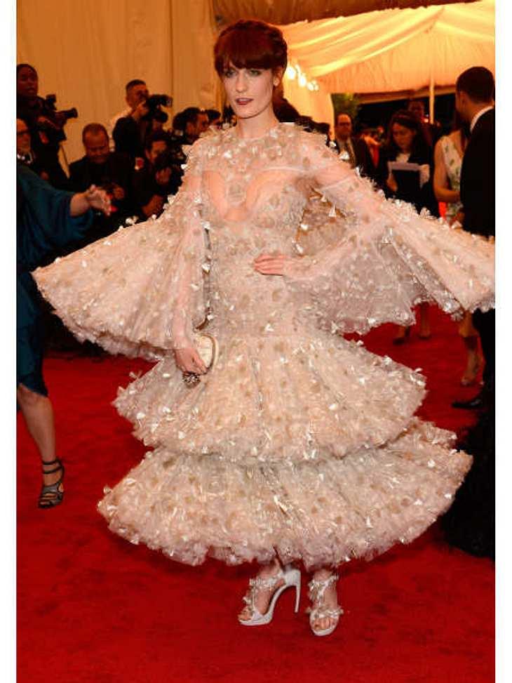 """Funkel-Alarm! """"Florence and the Machine""""-Sängerin Florence Welch (25) wirbelte wie eine Schneeflocke in diesem Wunderwerk von Alexander McQueen über den roten Teppich der Met-Gala."""