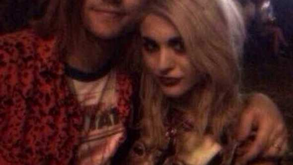 Frances Bean Cobain und ihr Verlobter im Grunge-Look - Foto: Twitter / Frances Bean Cobain