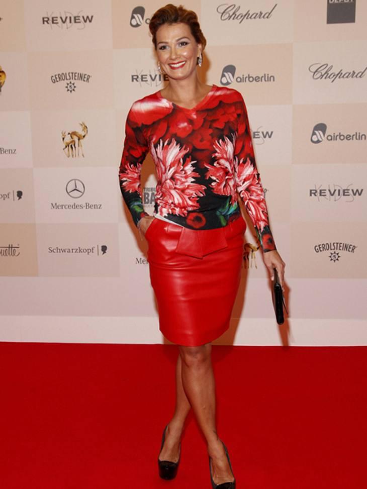 Tribute to Bambi 2012 - Der Look der StarsFranziska van Almsick (34) kombinierte einen roten Lederrock zum Shirt mit Blumen-Print.