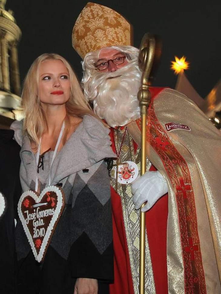 Model  Franziska Knuppe posiert auf dem Weihnachts markt am Gendarmenmarkt in Berlin mit dem Nikolaus.