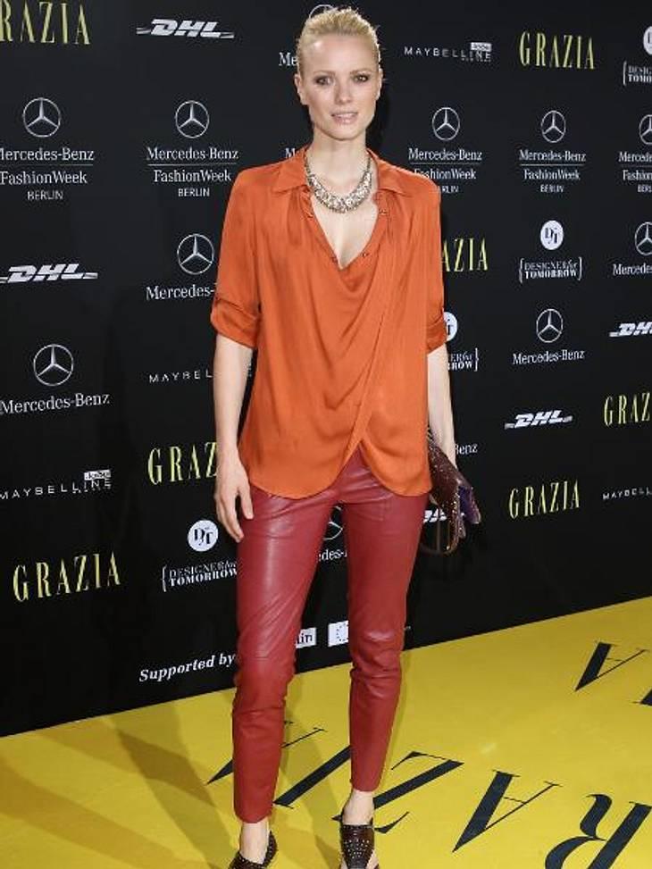 """Die Stars lieben LederHallo, Sommer! Franziska Knuppe (37) bewies bei der """"Mercedes Benz Fashion Week"""" in Berlin, dass Leder auch in anderen Farben als Schwarz ziemlich heiß aussehen kann. Ihre Model-Beine präsentierte sie in eine"""