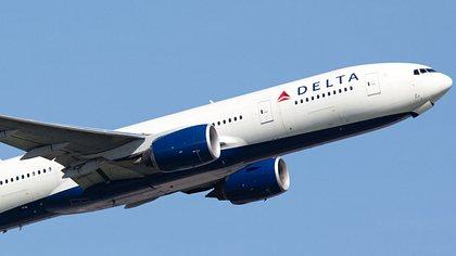 Frau (48) gibt Fremdem (20) im Flugzeug einen Blow-Job
