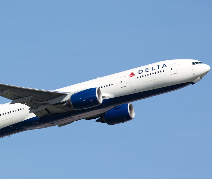 Frau gibt Fremdem im Flugzeug Blowjob
