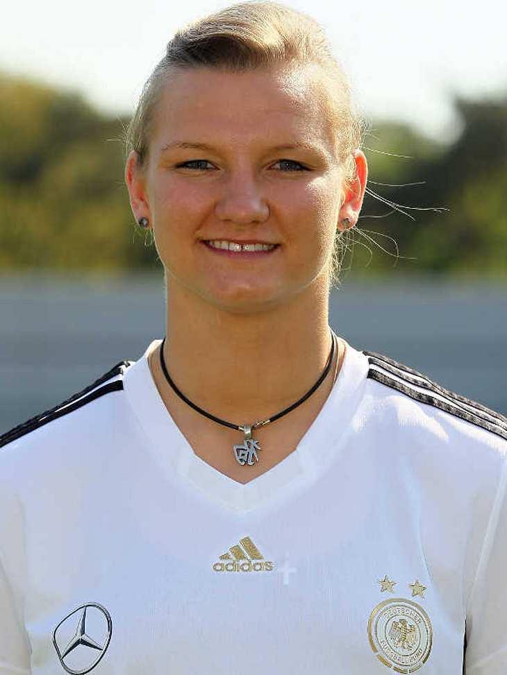 Frauenfußball-WM: Das ist unser TeamAngriff Nummer: 11 Alexandra Popp (Geb.: 06.04.1991) - sie spielt für FCR 2001 Duisburg. Alexandra Popp besuchte eine vom DFB als Eliteschule des Fußballs zertifizierte Schule und war dort das einzige Mäd