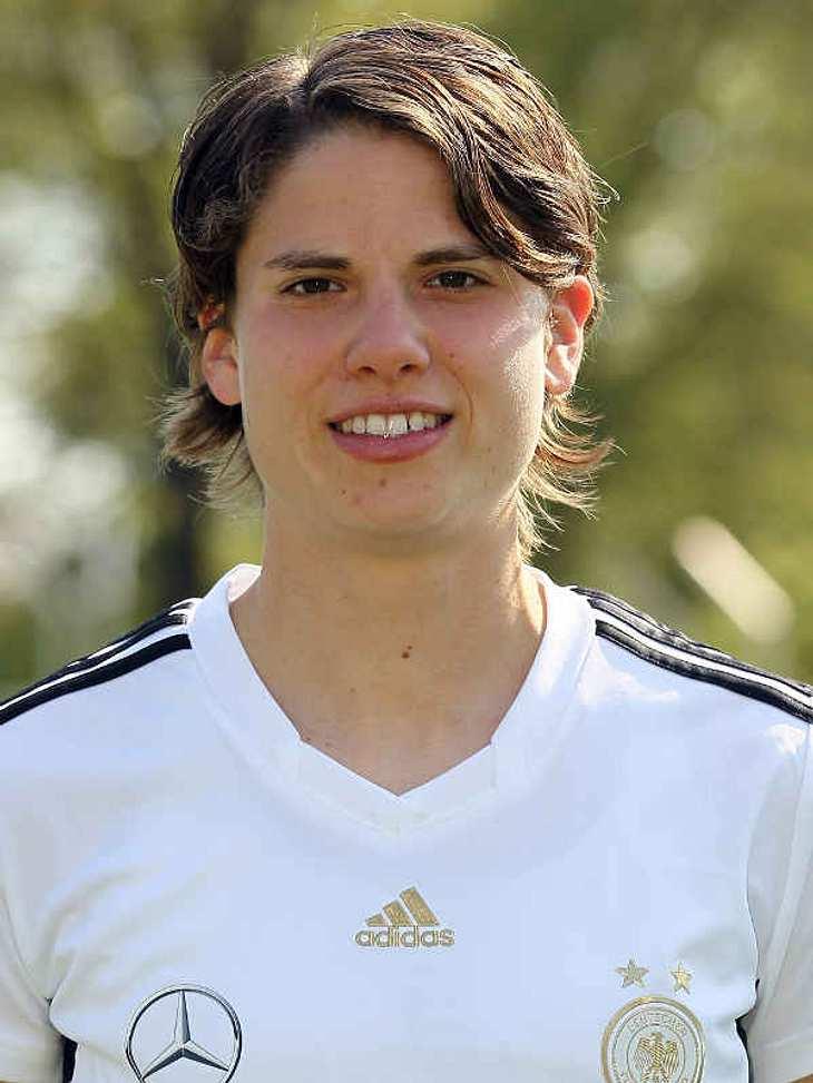 """Frauenfußball-WM: Das ist unser TeamAbwehr Nummer: 5 Annike Krahn (Geb.: 01.07.1985 ) - sie spielt für den FCR 2001 Duisburg. In Bochum hat sie Sportwissenschaft studiert. Und mit der Popband """"Sportrock"""" nahm sie den Titel """"F"""
