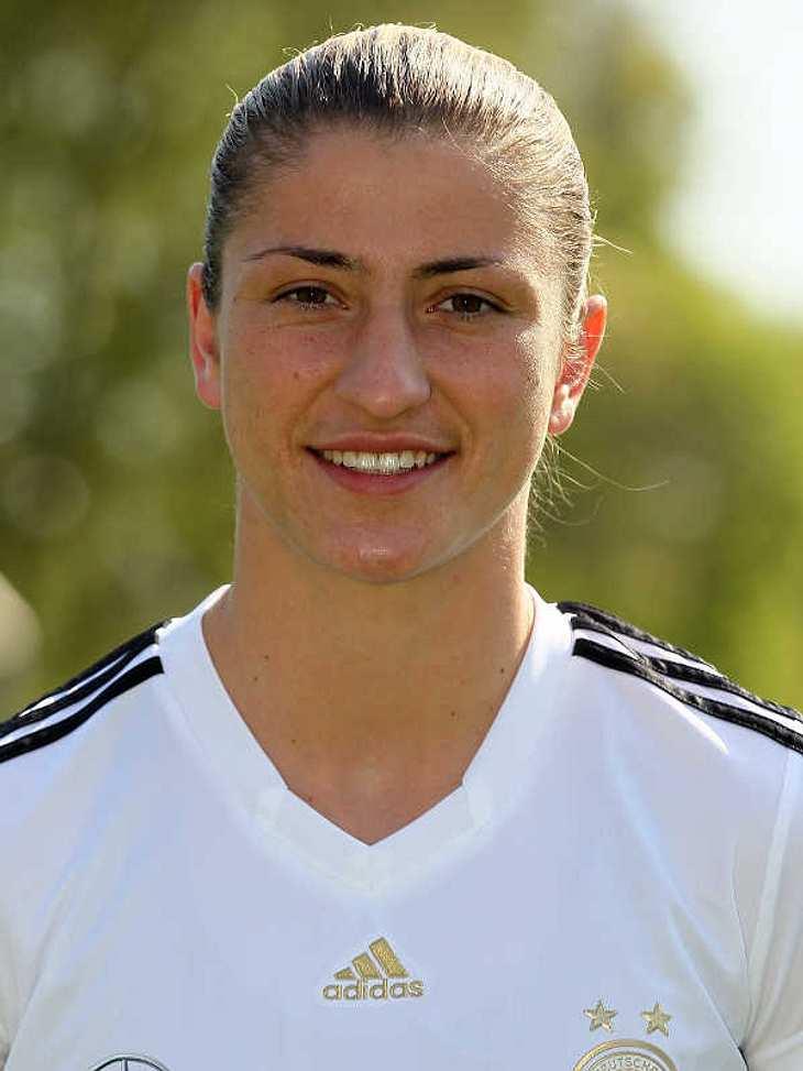 Frauenfußball-WM: Das ist unser TeamAbwehr Nummer: 2Bianca Schmidt (Geb.: 23.01.1990) - sie spielt für den 1.FFC Turbine Potsdam. Sie gehört zur Sportfördergruppe der Bundeswehr und ist generell sehr sportlich. Neben dem Fußball gehören Lei