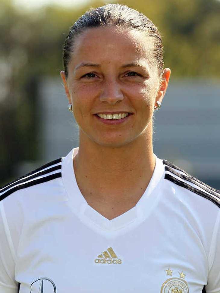 Frauenfußball-WM: Das ist unser TeamAngriff Nummer: 8Inka Grings (Geb.: 31.10.1978) - sie spielt für den FCR 2001 Duisburg. Sie arbeitet momentan als Versicherungsvermittlerin, davor war sie Sportsoldatin im Rang eines Hauptgefreiten.