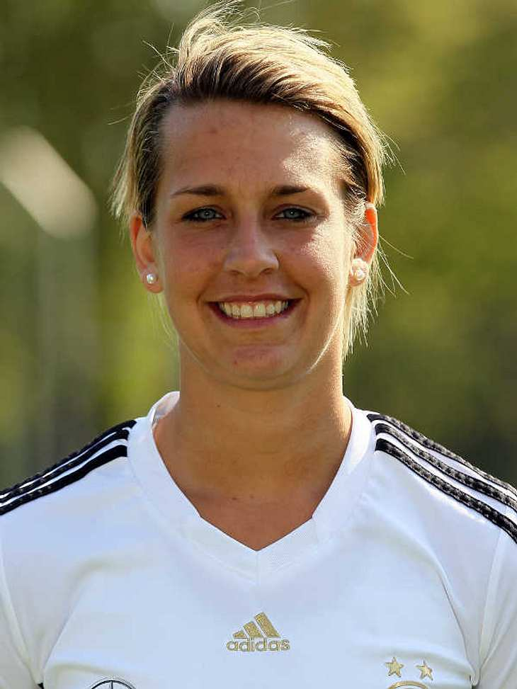 Frauenfußball-WM: Das ist unser TeamAbwehr Nummer: 15Lena Goeßling (Geb.: 08.03.1986) - sie spielt für den SC 07 Bad Neuenahr. Sie ist Soldatin bei der Sportförderung der Bundeswehr und hat einen Zwillingsbruder, der ebenfalls Fußball spiel